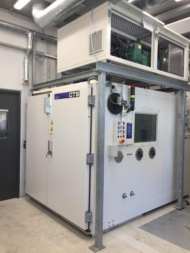 Klimaprüfkammer mit Maschinenteil am Kammerdach